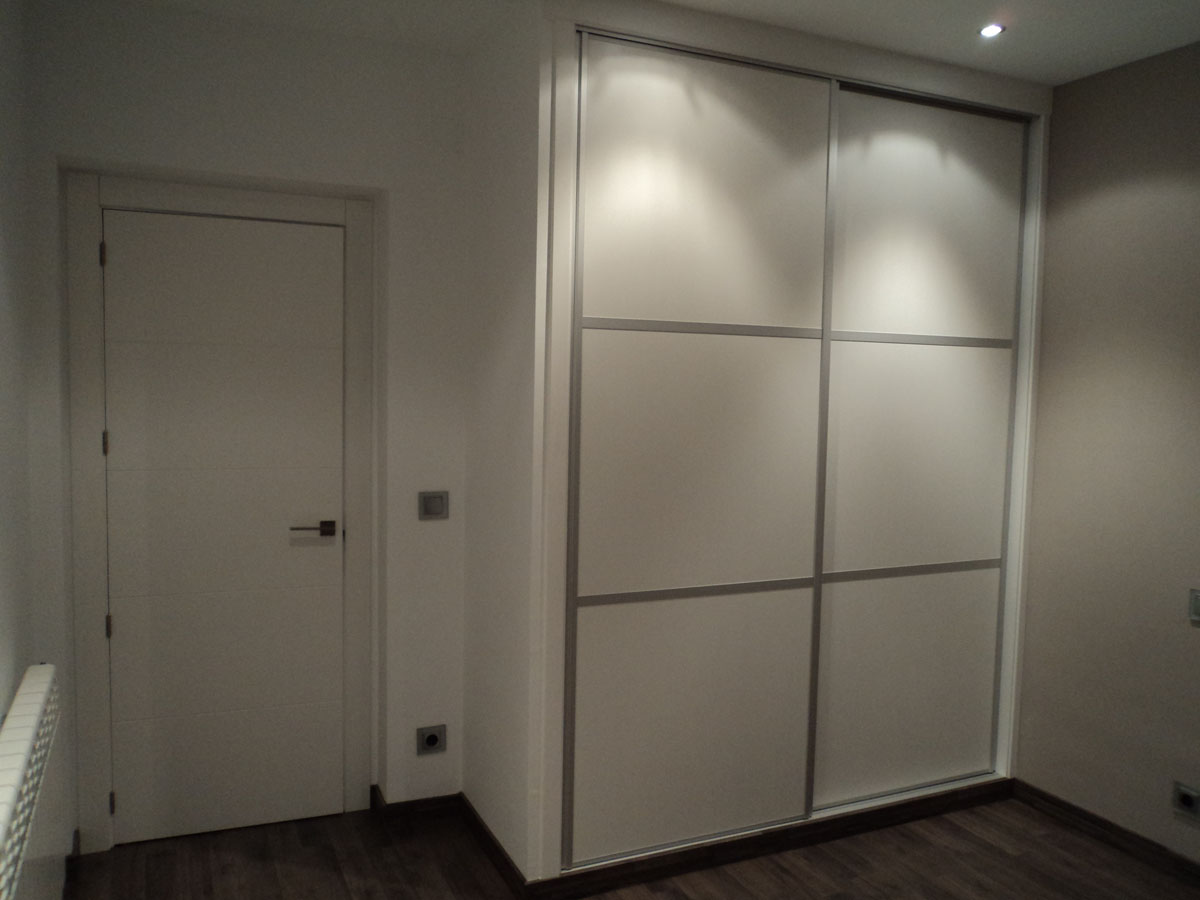 armarios con puertas correderas blancas con perfiles en aluminio - Puertas Correderas Blancas