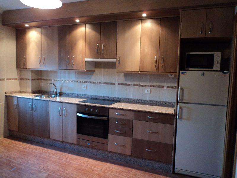 Cocina con puertas en dos tonos carpinter a hern ndez for Cocina con dos puertas